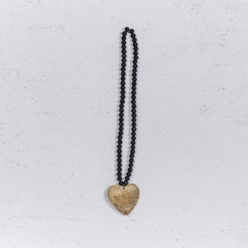 שרשרת חרוזי עץ שחור עם לב טבעי