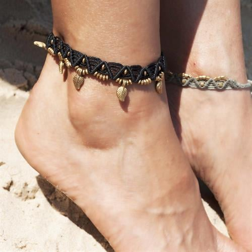 צמיד רגל מקרמה שחור עם חרוזי בראס ותליוני עלים