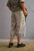 מכנסיים באורך 3/4 מדגם גלי עם פסים לאורך בשחור ולבן