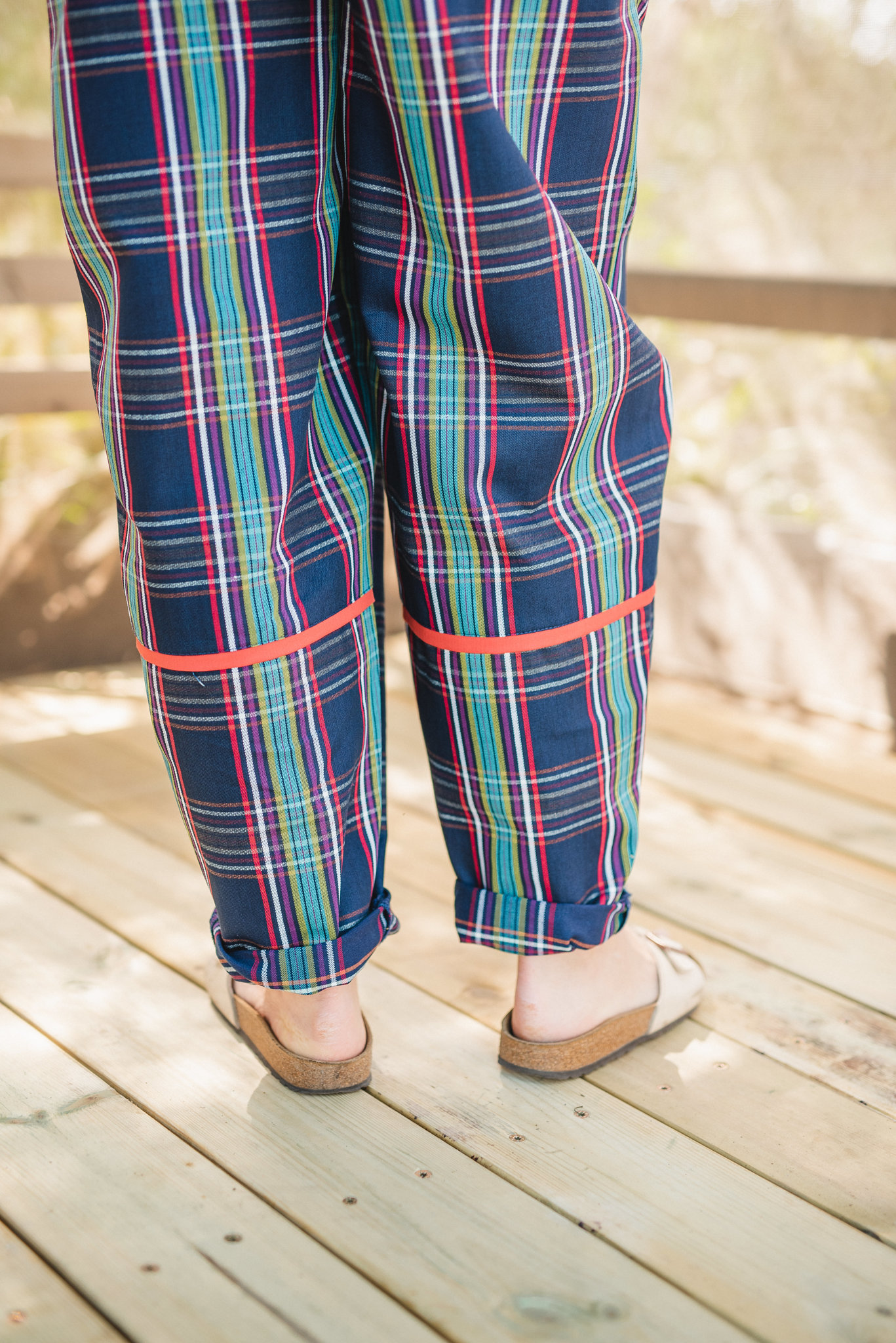 מכנסיים מדגם נור עם דוגמה של משבצות בשלל בצבעים על רקע כחול כהה