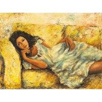 שוכבת בספה