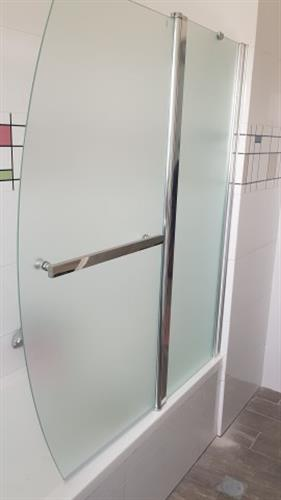 אמבטיון קבוע + דלת מעוצבת + מוט מגבת