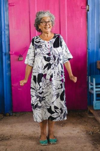 שמלה מדגם דניאלה עם הדפס פרחים בשחור, לבן, סגול