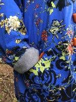 מעיל מדגם אליס עם הדפס של פרחים יפני על רקע בצבע כחול רויאל