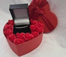 קופסת פרחים לב בצבע אדום החל מ 50 שקלים
