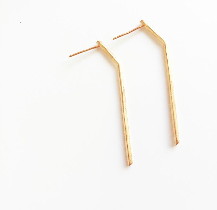 עגילי קו אמה זהב