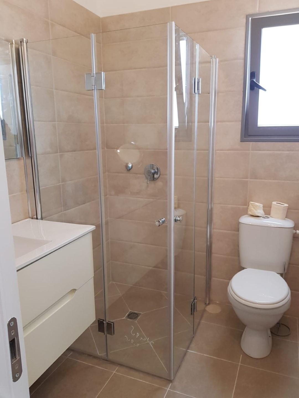 מקלחון פינתי מדריד פרופילים