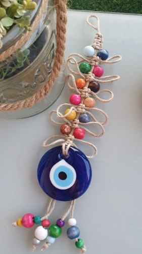 עין לתליה מקושטת חבל וחרוזים צבעוניים