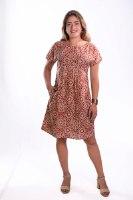 שמלת עטלף עם קפלים דקיקים במותן בצבע חמרה