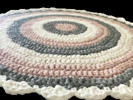 שטיח סרוג, שטיח עגול סרוג, שטיח סרוג בגוונים מעושנים, ורוד מעושן, שטיח בורוד מעושן ושמנת, שטיח לחדר של ילדה, שטיח לחדר של בת, שטיחים לחדרי ילדים, שטיח בעבודת יד, מתנה ליולדת, מתנת לידה, מתנה, שטיח סרוג בטריקו, שטיח כותנה