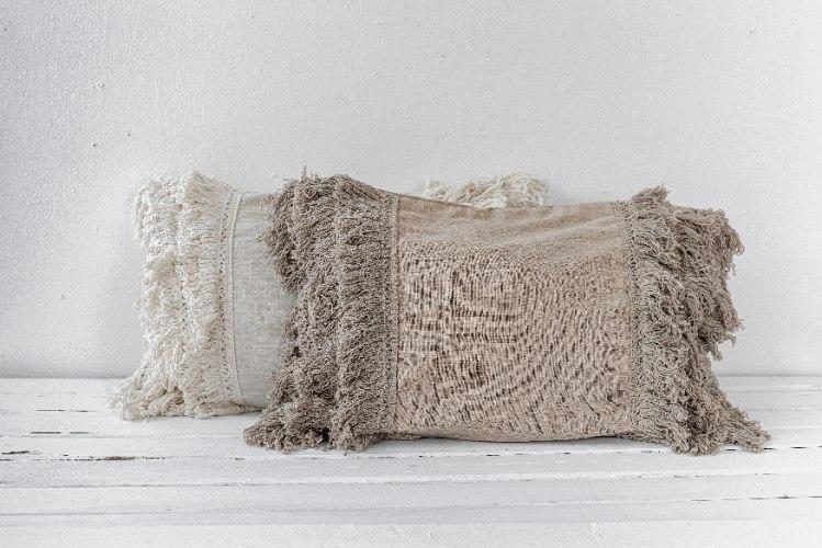זוג כריות במראה פשתן עם פרנזים - צבע אבן ולבן טבעי