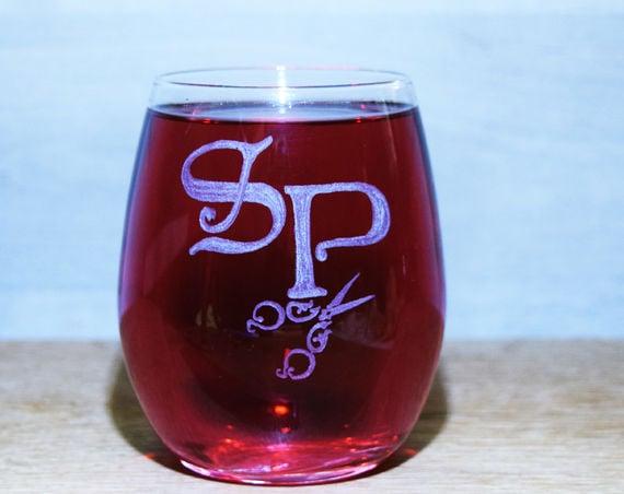כס יין ללא רגל | ראשי תיבות