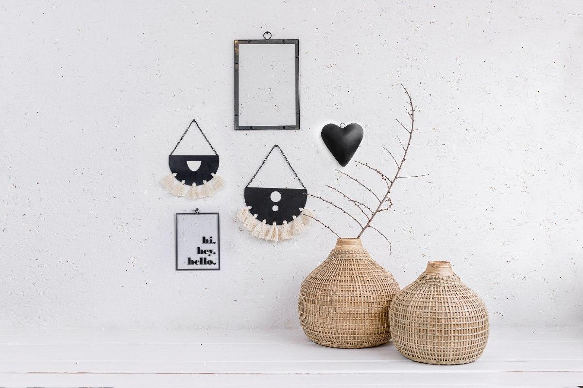קיר מעוצב עם אלמנטים שחורים