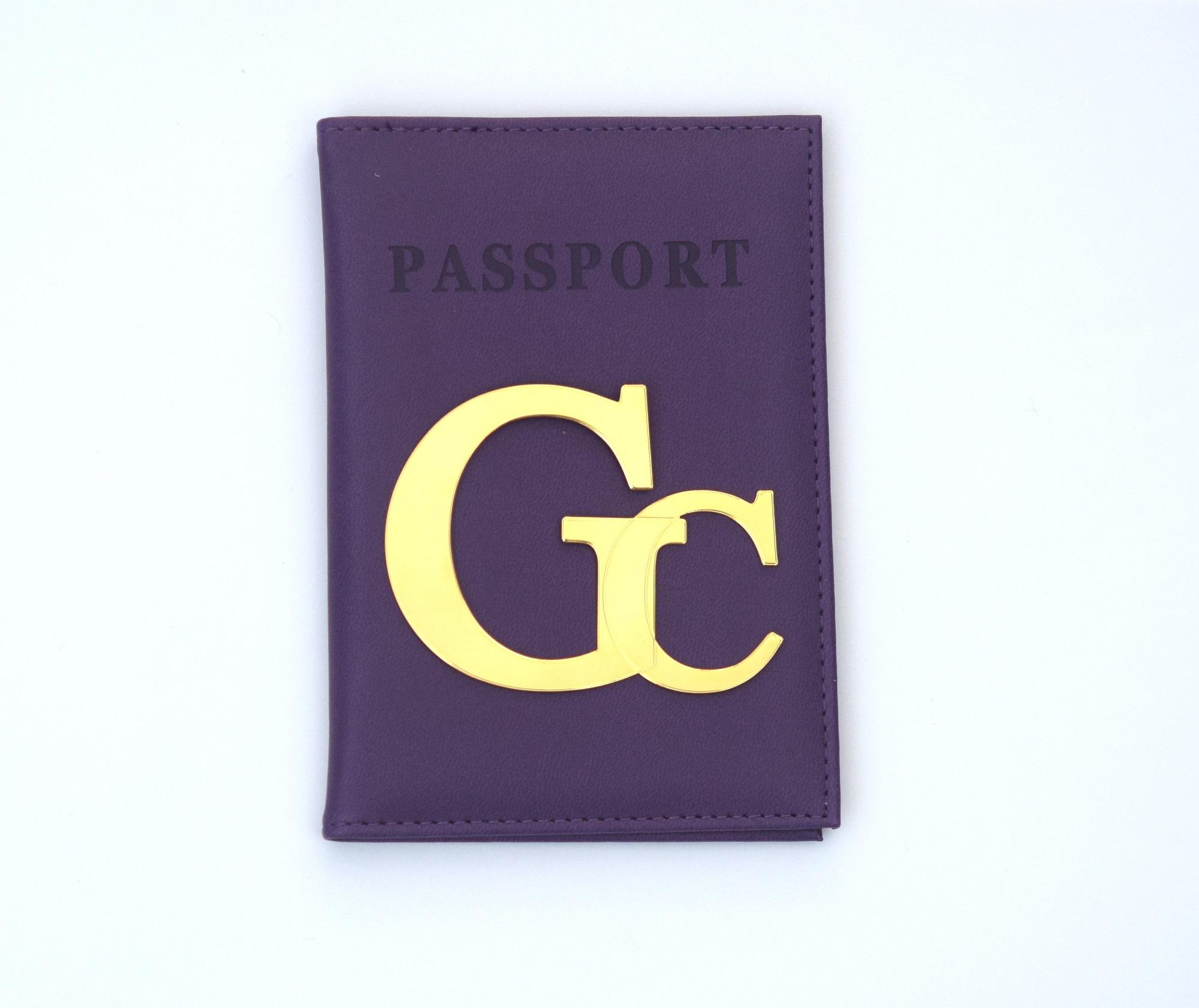 כיסוי לדרכון דמוי עור סגול עם אותיות גדולות