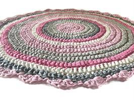 שטיח סרוג עגול בגווני ורוד ואפור בנגיעות של פוקסיה