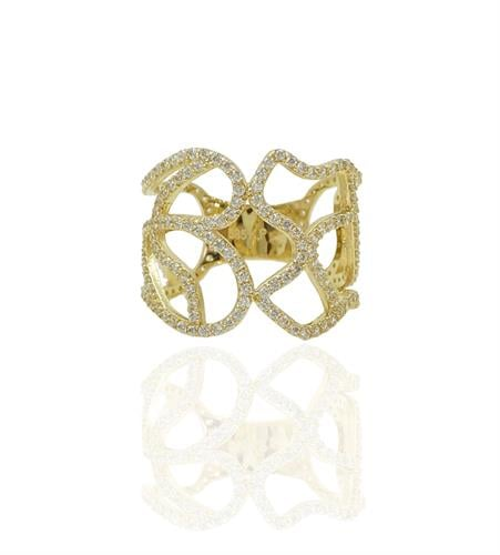 טבעת זהב רחבה מעוצבת עם פתחי זהב ומשובצת זרקונים