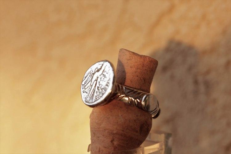 טבעת כסף עתיקה (העתק) עם מטבע כסף של חצי שקל צורי ששימש לתשלום מיסים בבית המקדש  בית שני (העתק) R121