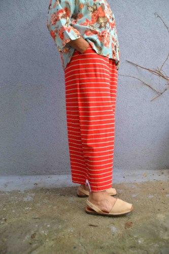 מכנסיים באורך 7/8 מדגם נועה עם פסים בצבע אדום ואפור