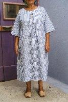 שמלה מדגם דניאלה עם דוגמה של פסים בצבעים לבן וכחול ג׳ינס