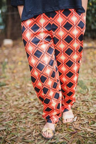 מכנסיים מדגם נור עם הדפס מעויינים על רקע כתום באווירת מקסיקו