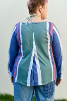 חולצה מדגם קשת עם הדפס של פסים בצבעים של ירקרק, כחול, קורל ולבן