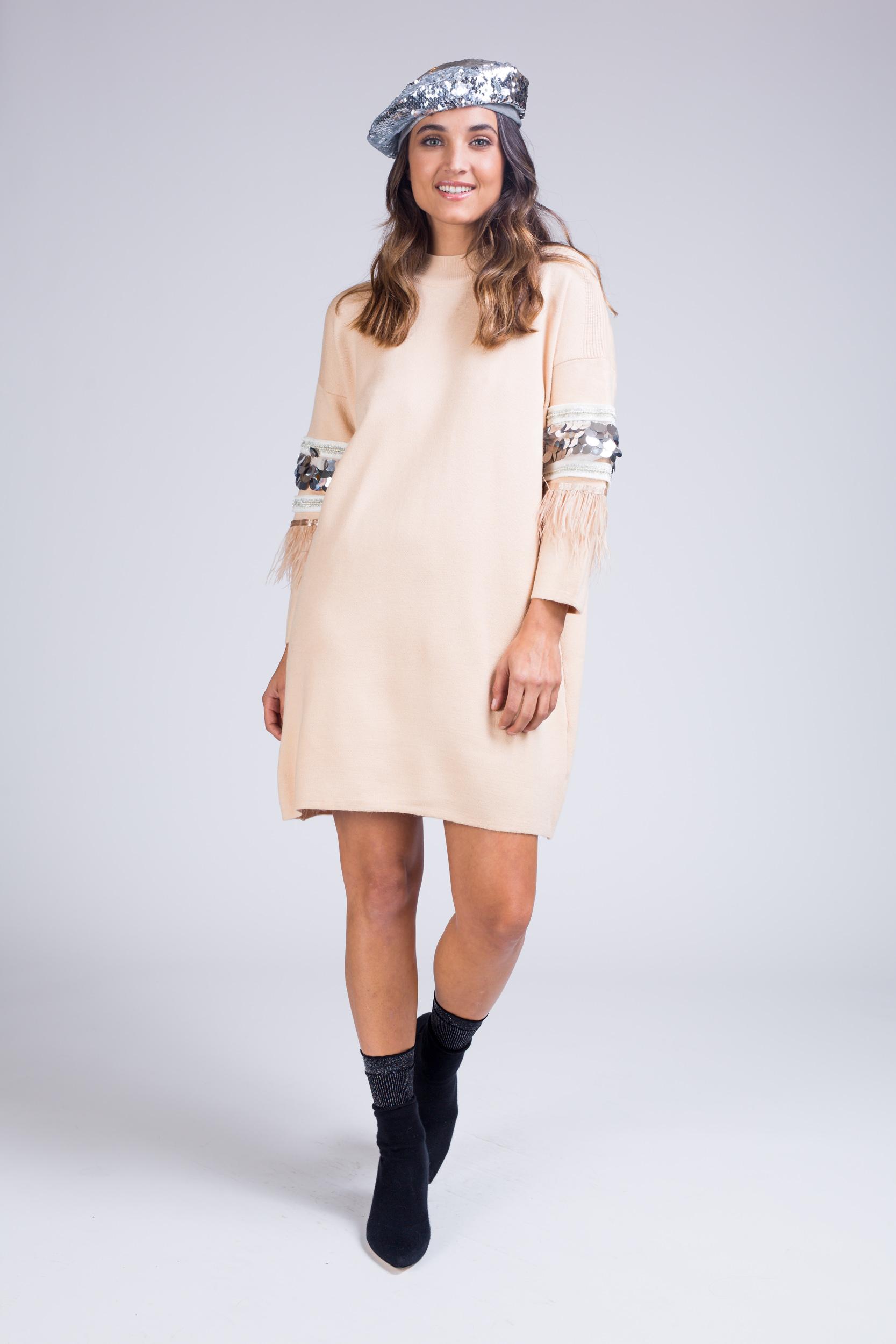 שמלת סריג בשילוב פייטים בשרוולי הידיים