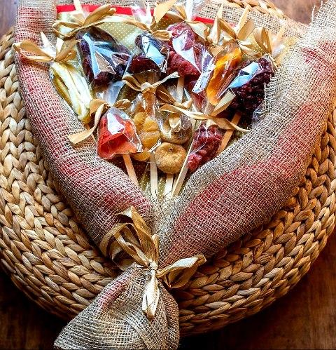 זר תמר לאוהבים - זר משובח מלא בפירות יבשים מכל הסוגים