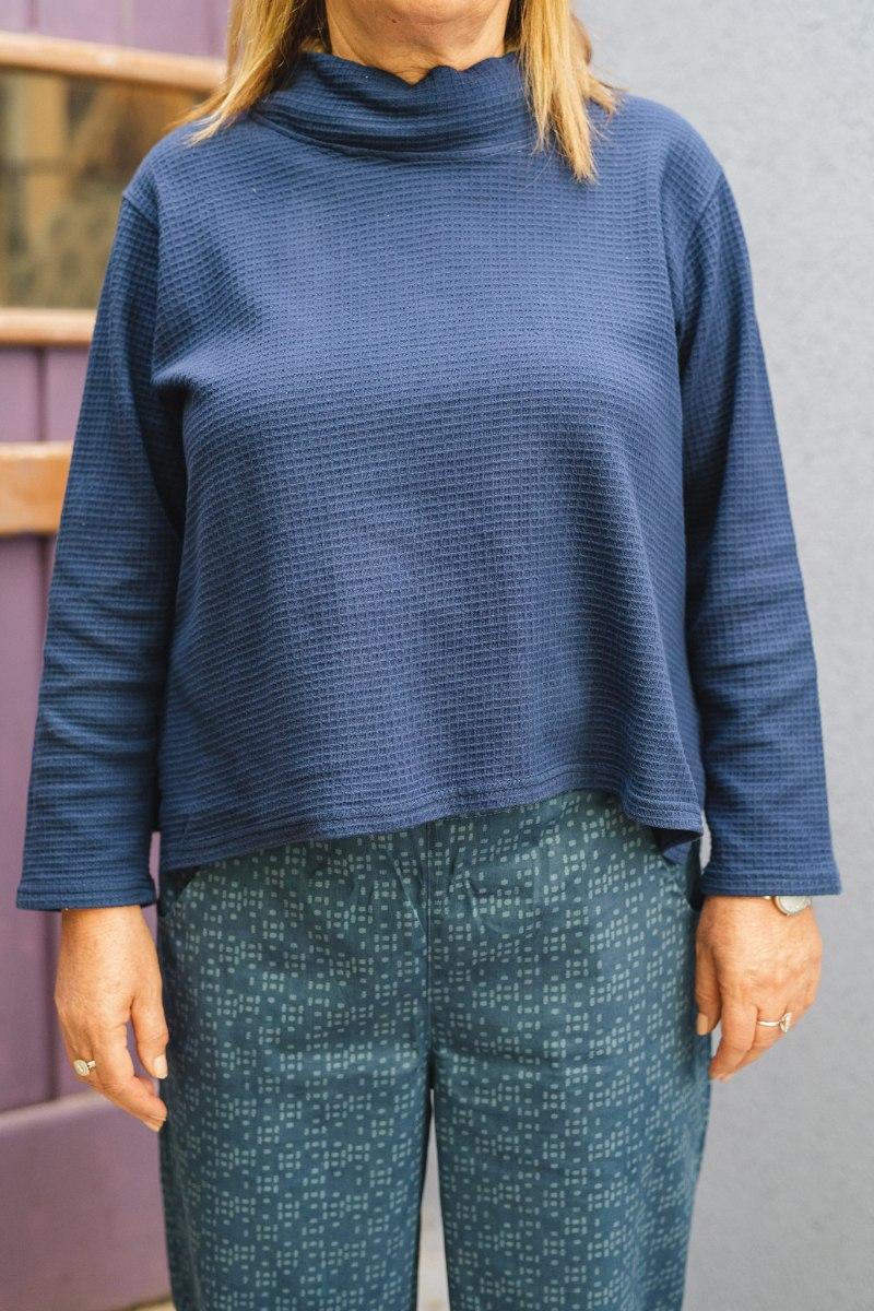 חולצות מדגם איה מבד פיקה בצבע כחול כמעט כהה