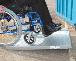 רמפה ניידת מתקפלת לכסא גלגלים