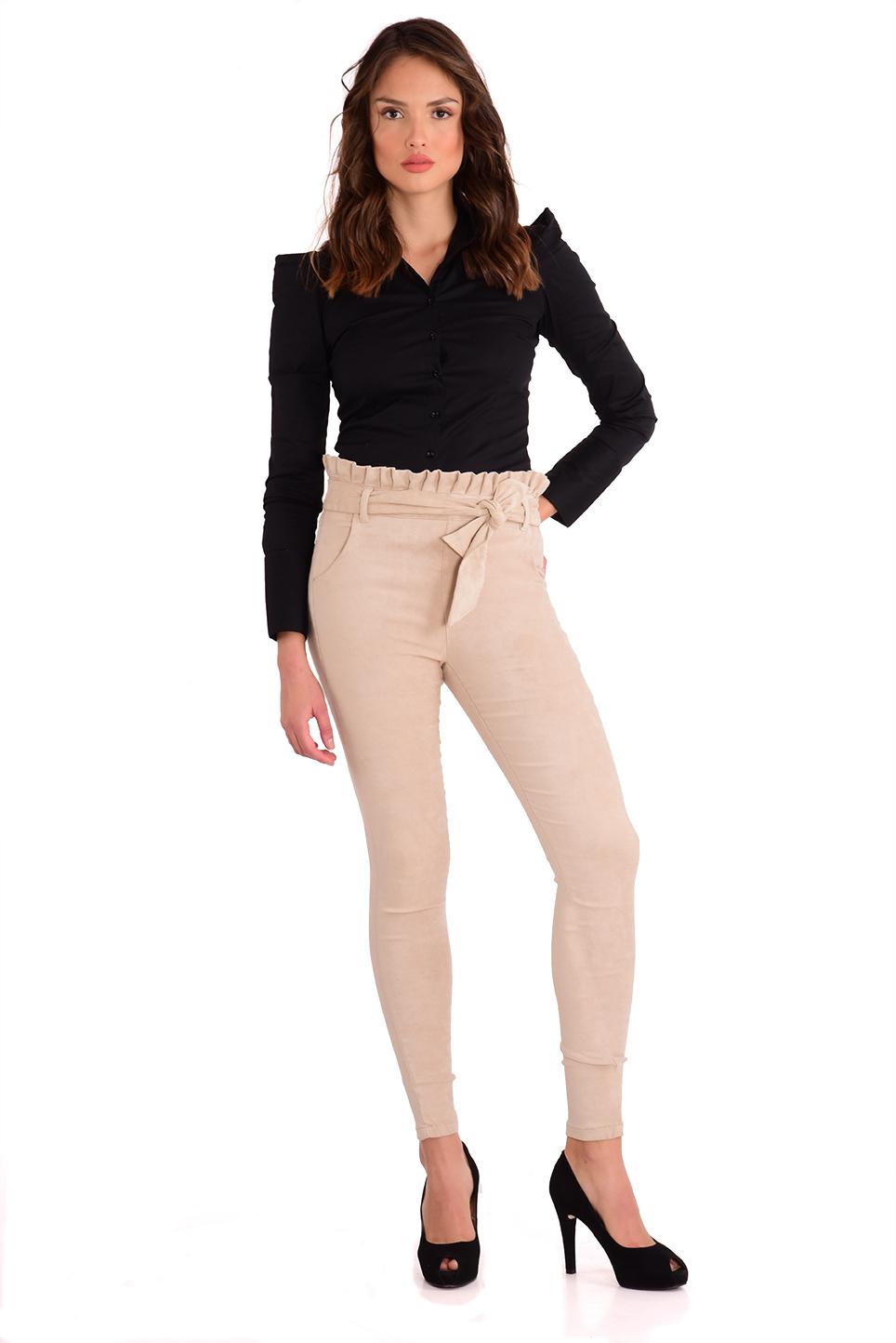 מכנס  צמוד וגבוה בצבע אבן עם חגורה