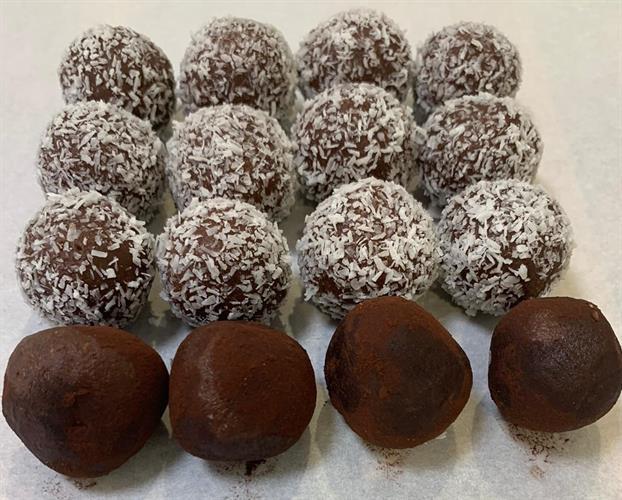 טראפלס שוקולד ואגוזי לוז (עטופים בקוקוס בלבד)