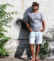 עציץ דחליל חולצת גברים קצרה בצבע אפור מהדורה מוגבלת!