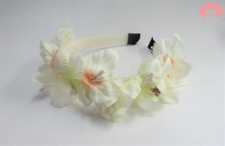 קשת פרחים לבנים וצדפים - פרחים לבנים