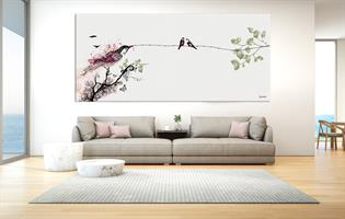 תמונה גדולה של ציפור מעל ספה בסלון