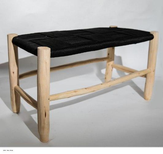 ספסל עץ שחור