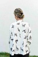 קרדיגן מדגם אלי בצבע אופוויט עם הדפס חיות