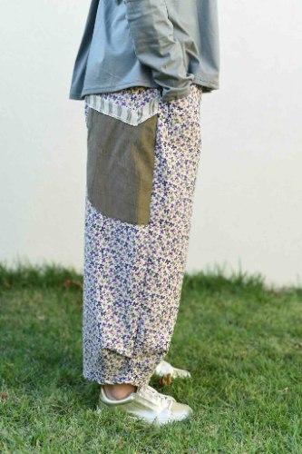 מכנסיים מדגם ג׳וזף מבד קורדרוי בצבע אופווייט עם הדפס פפיונים