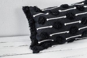 כרית שאגי מלבנית - רקע שחור עם עיטור לבן