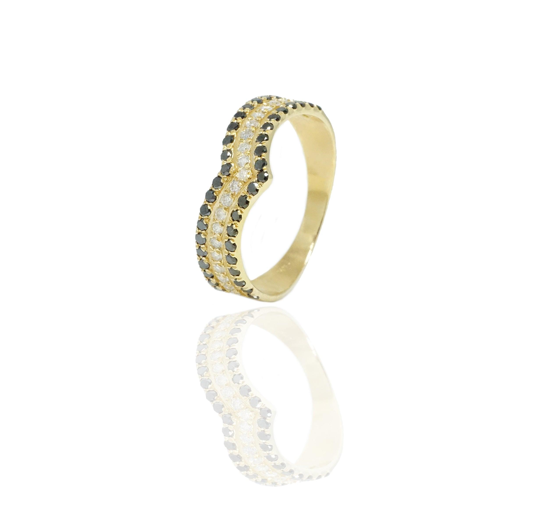 """טבעת """"וי"""" יהלומים שחורים ולבנים בזהב 14 קרט"""
