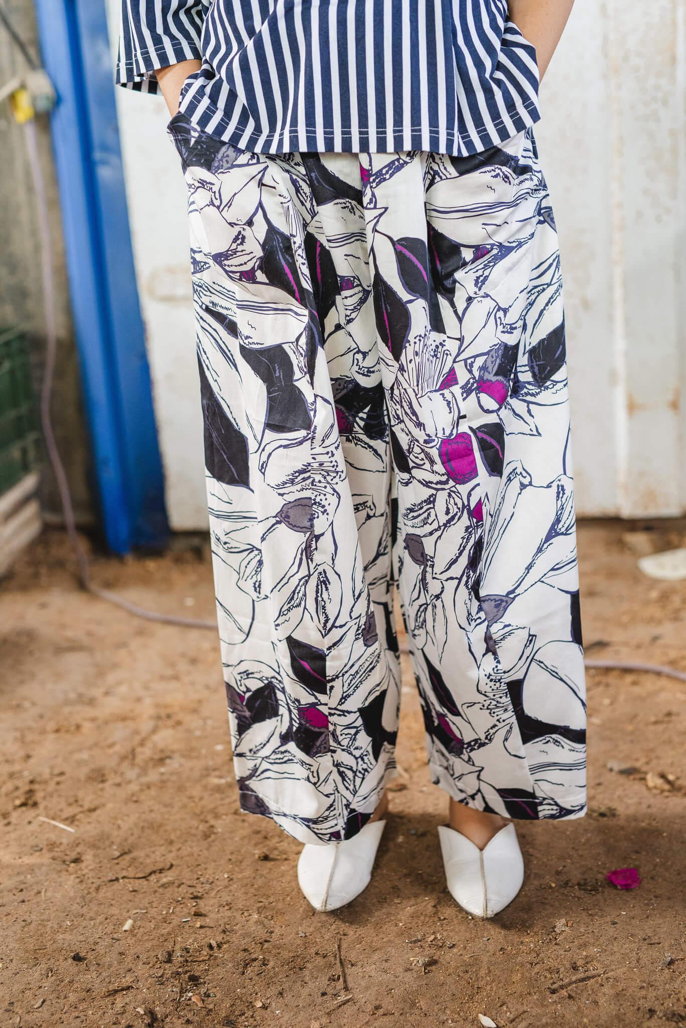 מכנסיים מדגם שלושה חלקים עם הדפס פרחים בצבעים של לבן, שחור וסגול
