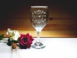 כוס חופה עם עיטורים קלאסיים והתאריך הלועזי והעברי