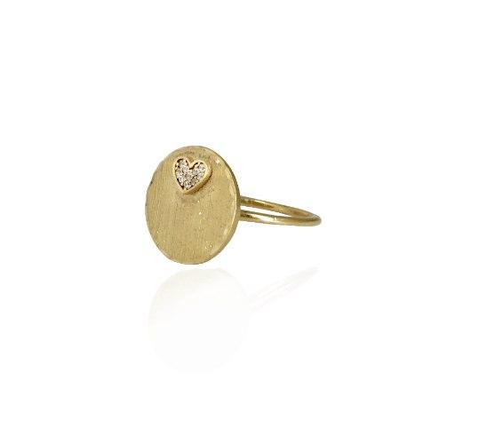 טבעת חותם עגולה מזהב עם לב זרקונים