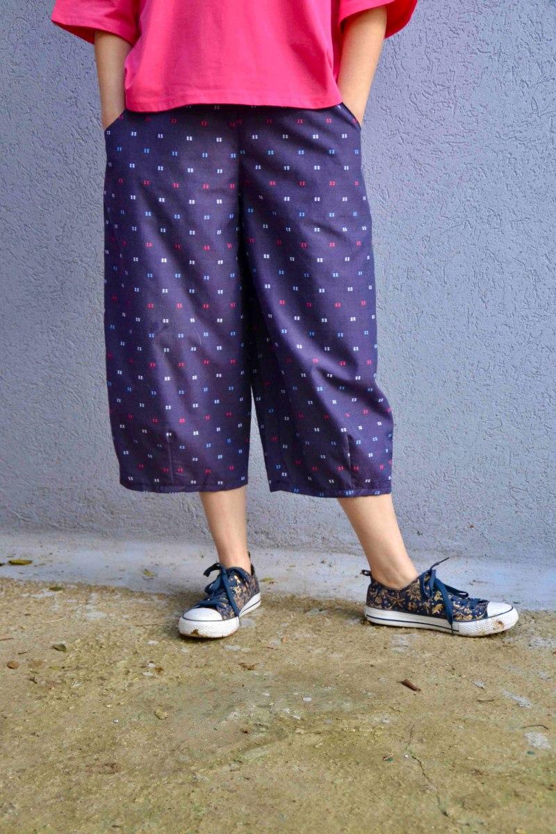 מכנסיים באורך 3/4 מדגם גלי בצבע סגול עם דוגמה