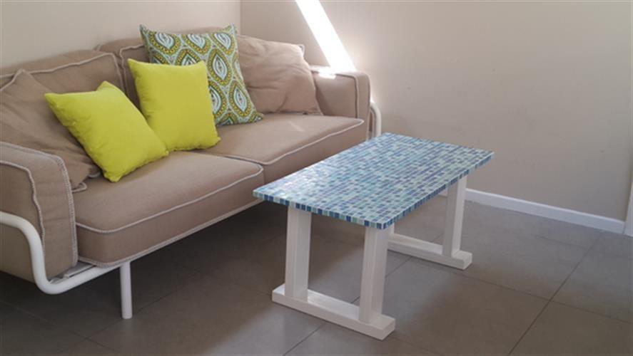 שולחן עץ לסלון משולב בפסיפס