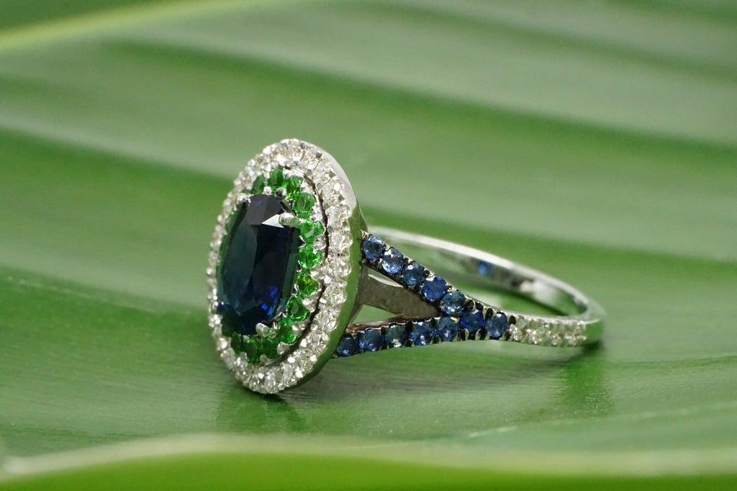 """טבעת ספיר עם יהלומים ואבן חן צבורייט """"אלה"""" 18 קראט"""