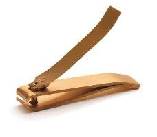 גוזז ציפורניים מצופה זהב 24 קראט. קטן, קומפקטי וקל לתפעול. הקצוות החדים והמדויקים שלו גוזזים את הציפורן בחיתוך חלק ונקי.