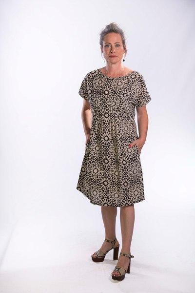 שמלת עטלף עם קפלים דקיקים במותן