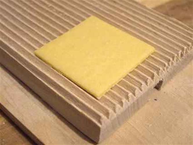 לוח מחורץ על משטח, להכנת ניוקי וגרגנלי