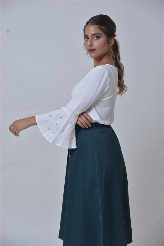 חולצת פנינים בסוף השרוול לבנה