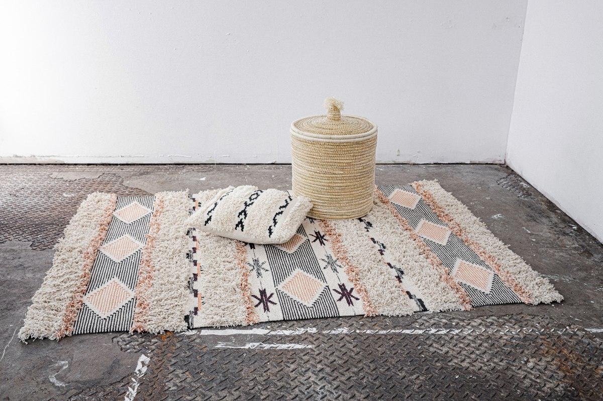 שטיח ארוג בתוספת פרנזים עליו - שחור + סלמון